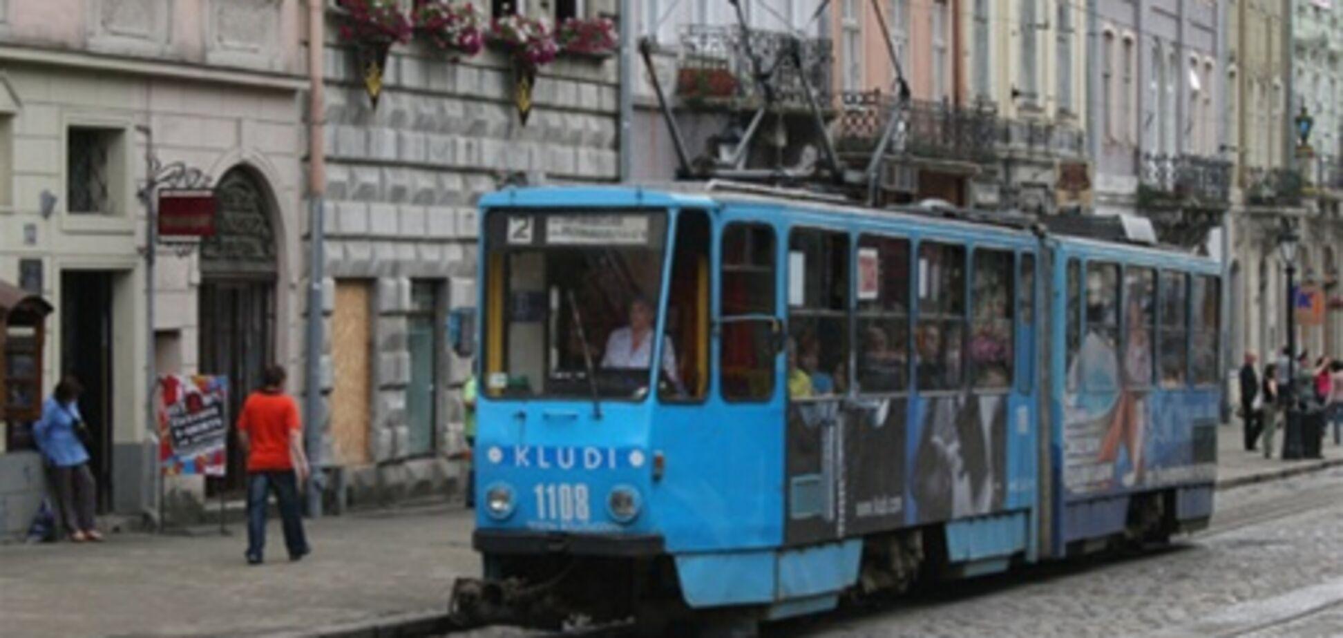 СМИ: во Львове неизвестные угнали трамвай и протаранили дом