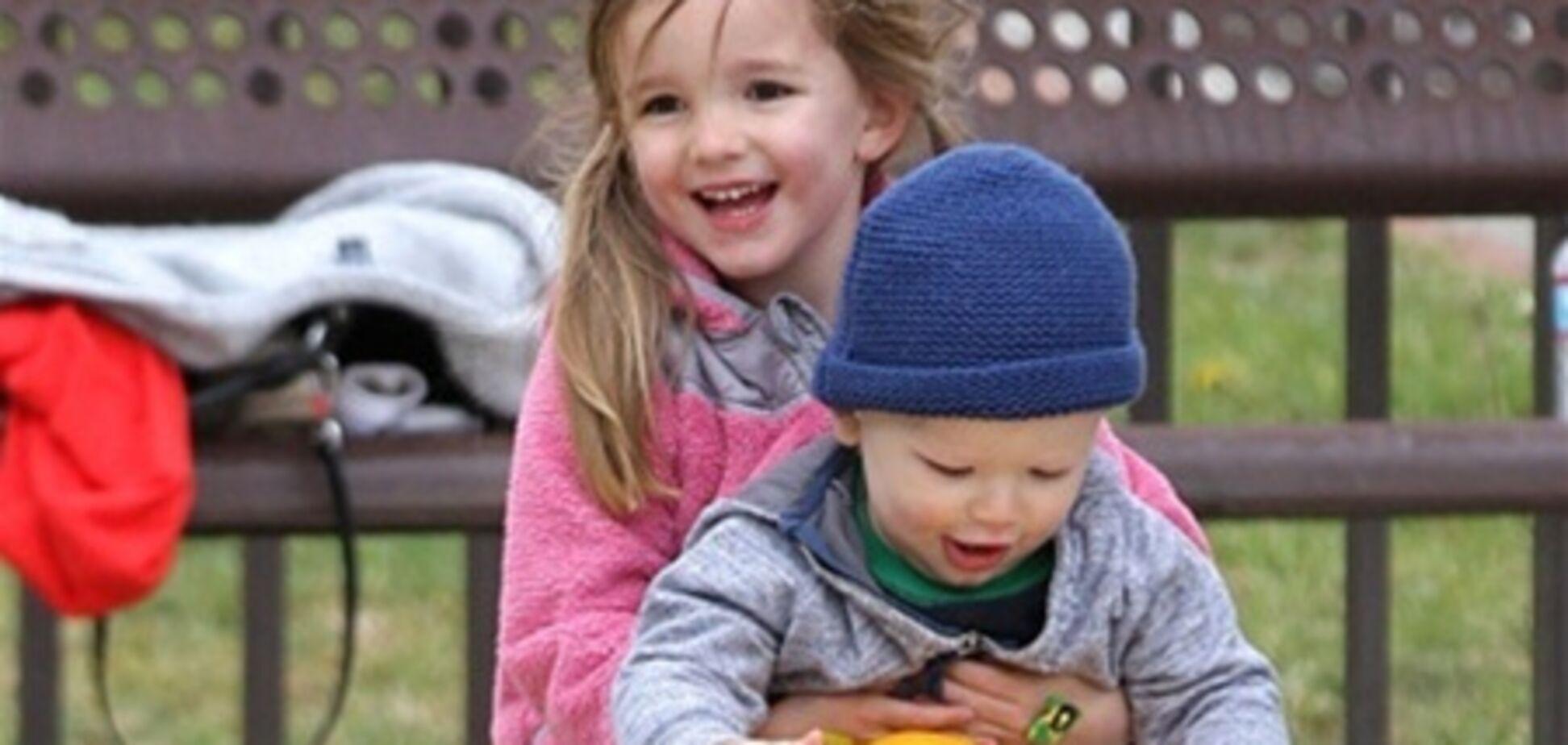 Семейство Аффлек-Гарнер веселится на детской площадке. Фото