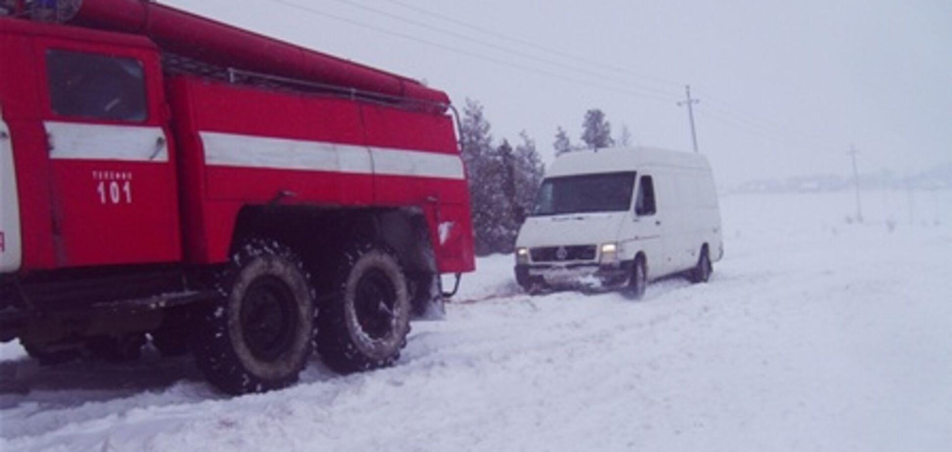 На Ивано-Франковщине в снегах застряли почти полтысячи человек