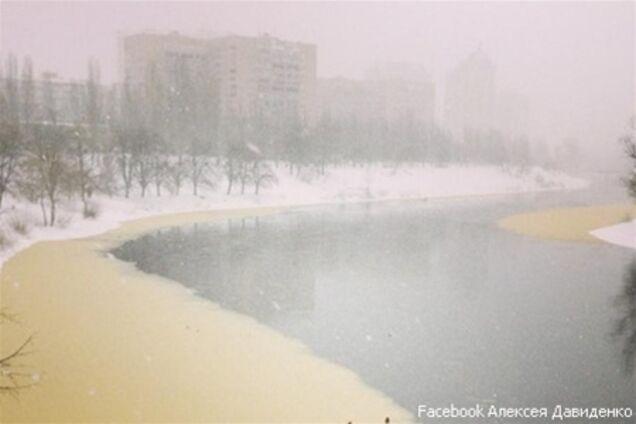 Русановский канал в Киеве пожелтел