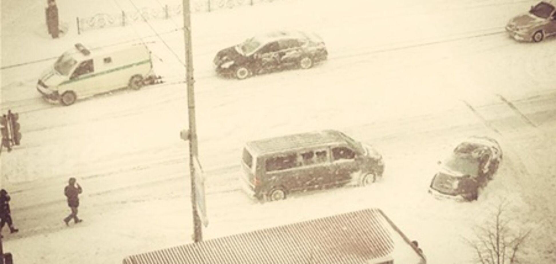 Из-за снега прямо на улице бросили инкассаторскую машину. Фото