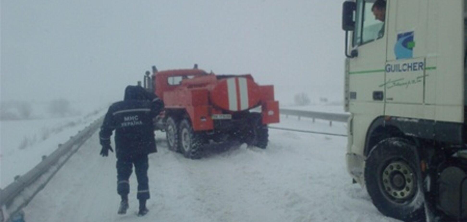 На Львовщине из снежных заносов освободили 400 авто