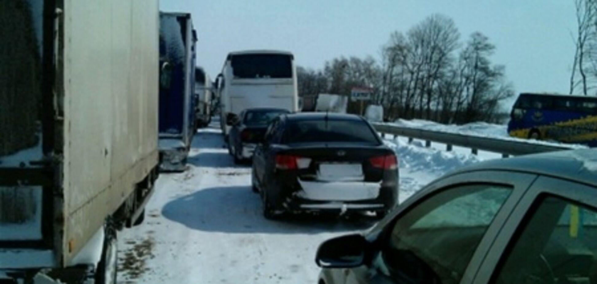 Водителям, застрявшим в пробках на Киевщине, подвозят топливо