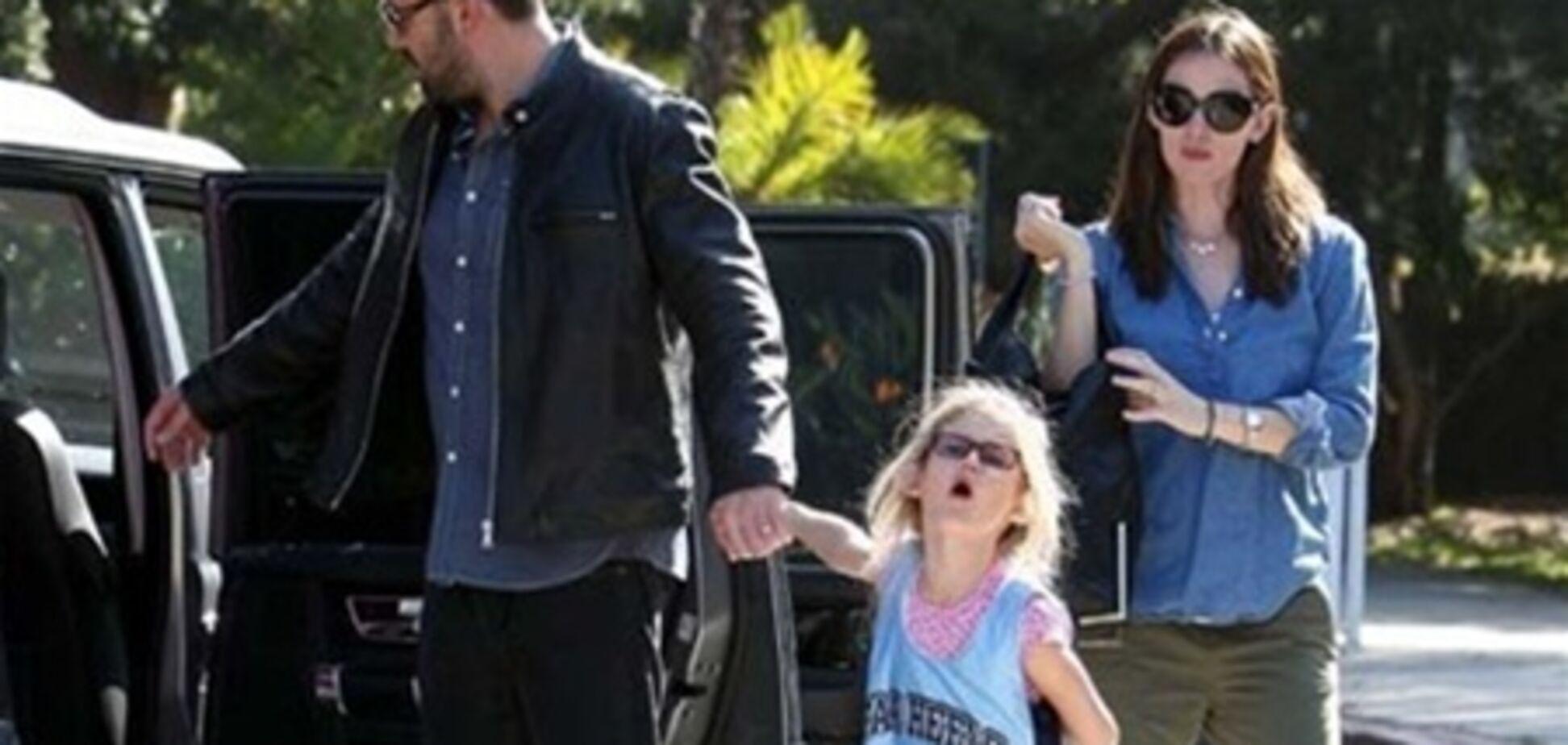 Семейство Аффлек-Гарнер спешит на баскетбол. Фото