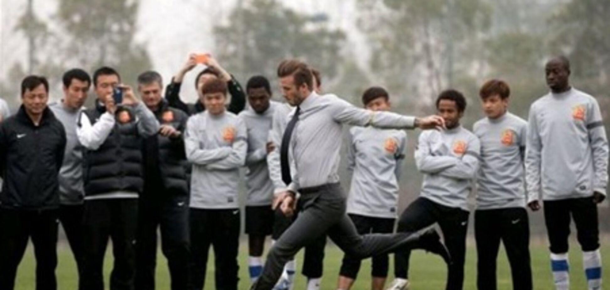 Бэкхем ярко оконфузился перед китайскими футболистами. Фото