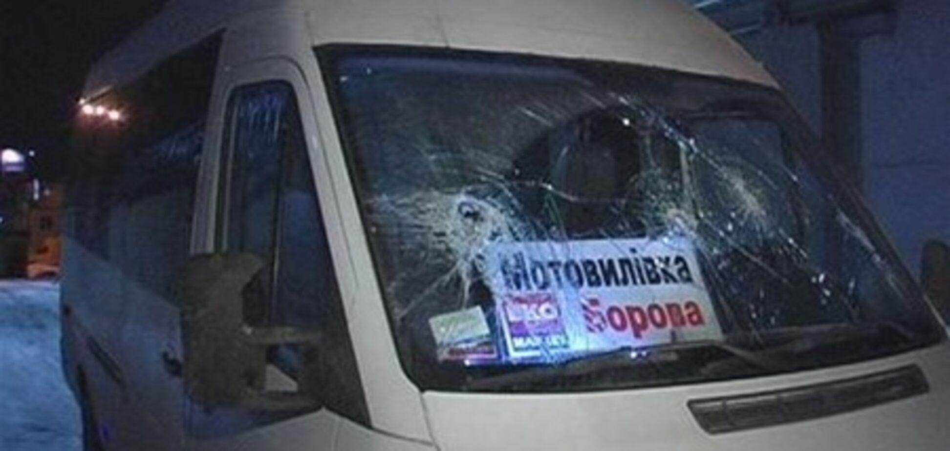 В Киеве хулиганы напали на маршрутку с пассажирами