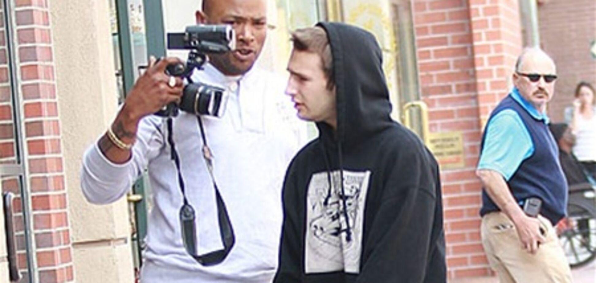 Сын Шона Пенна ударил и обругал фотографа. Видео