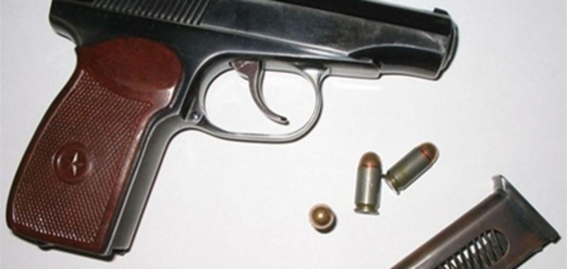 В Ривне пьяные с пистолетом угрожали убить охранника супермаркета