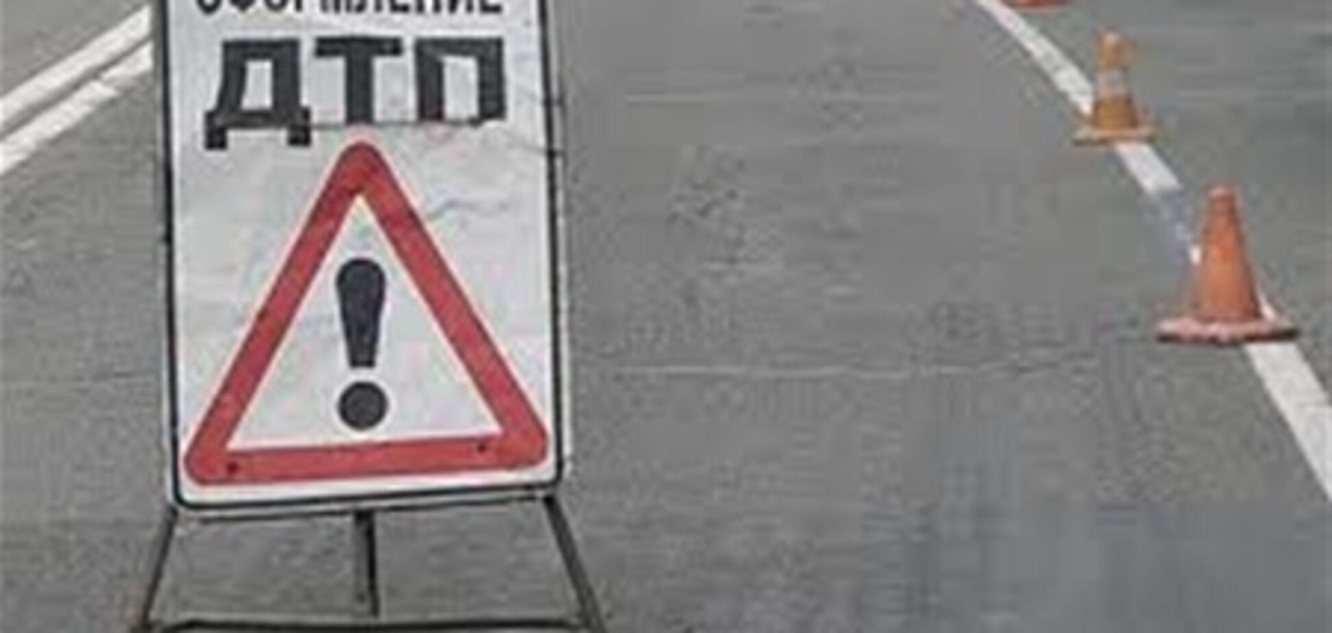 В Киеве иномарка врезалась в МАЗ, который посыпал дорогу