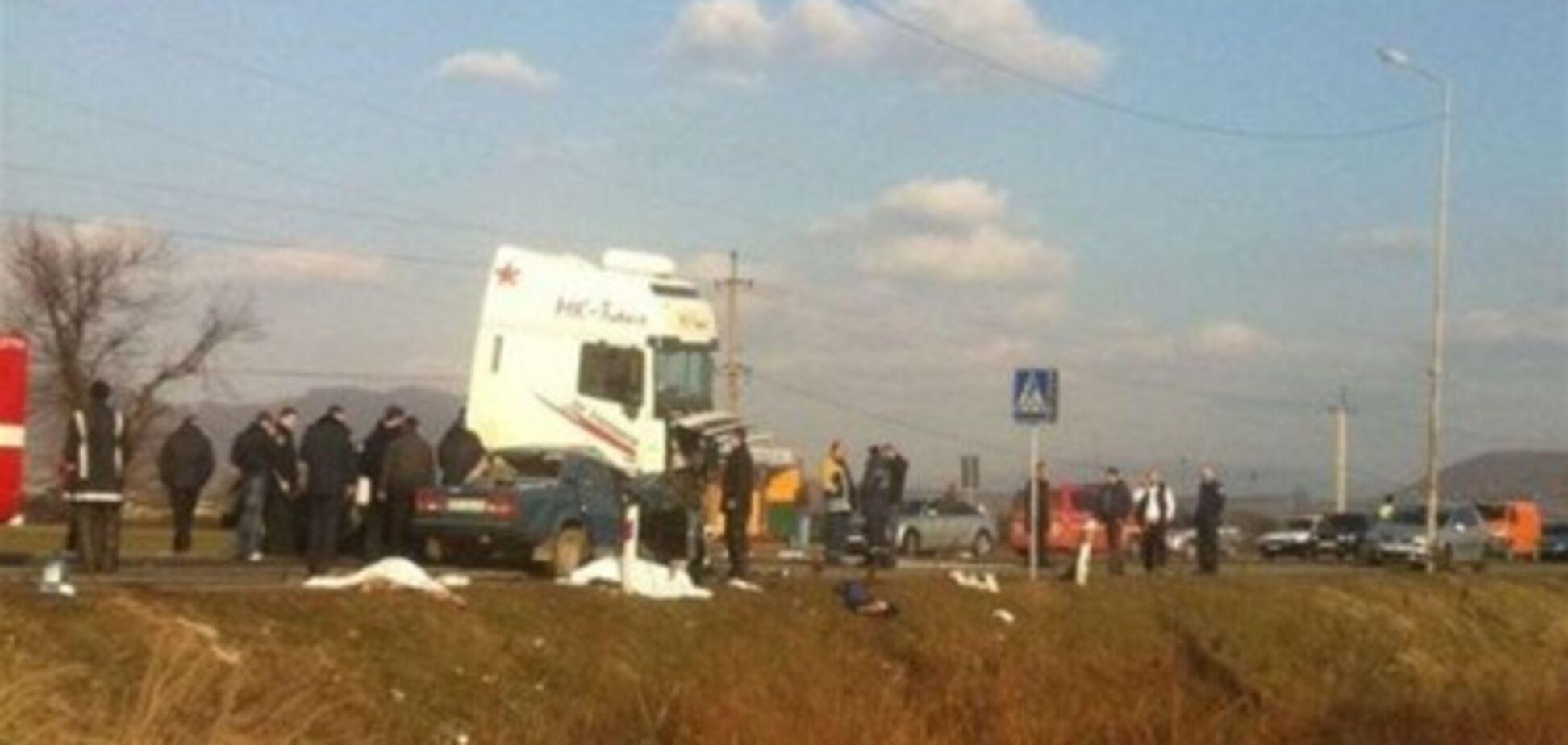 На Закарпатье грузовик раздавил легковушку: двое погибших