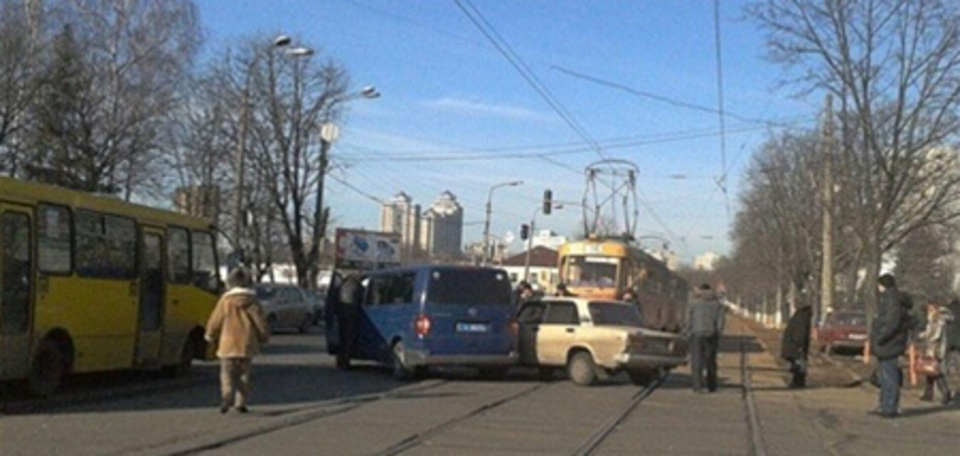 На Дегтяревской из-за ДТП не ездят трамваи