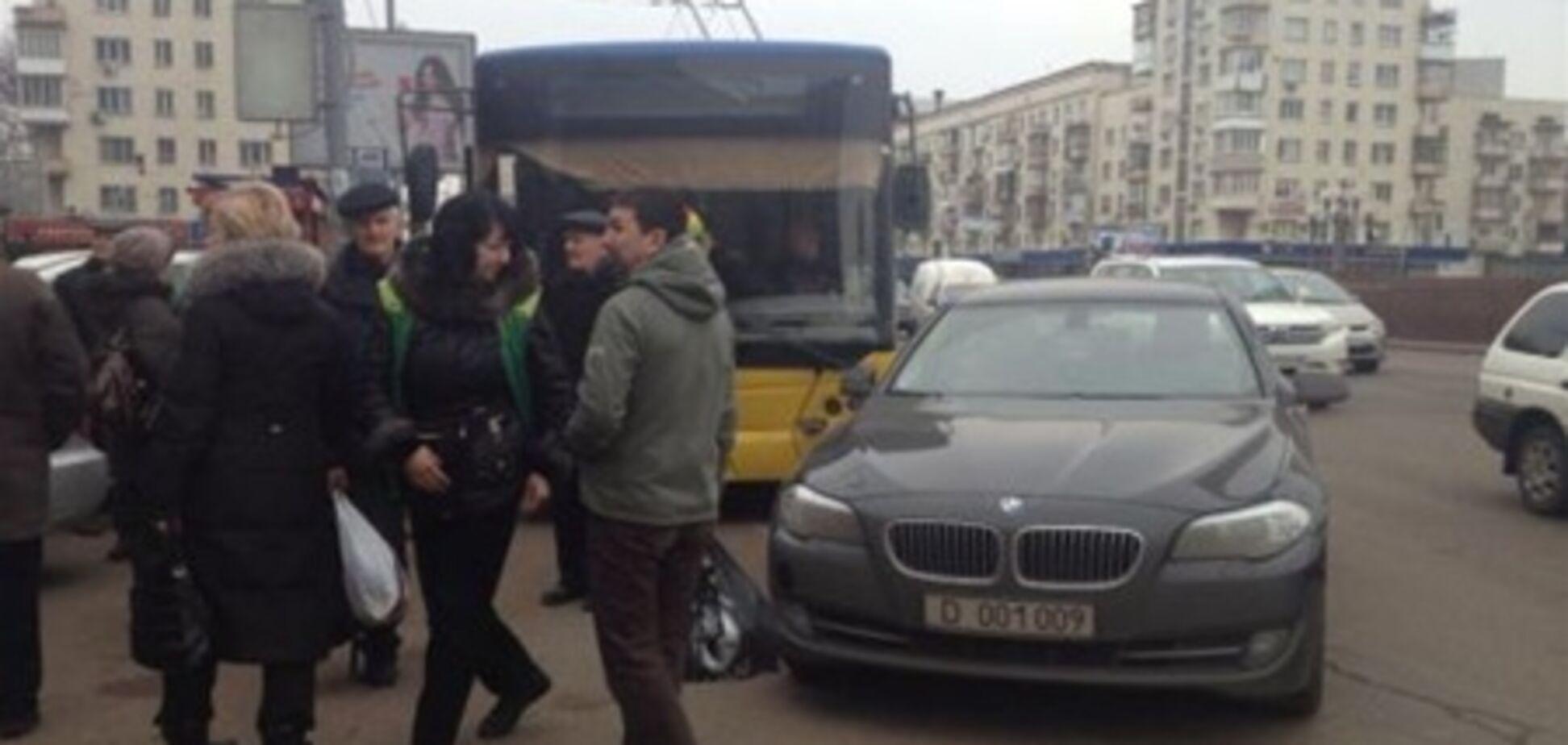 Российский дипломат заблокировал движение в центре Киева