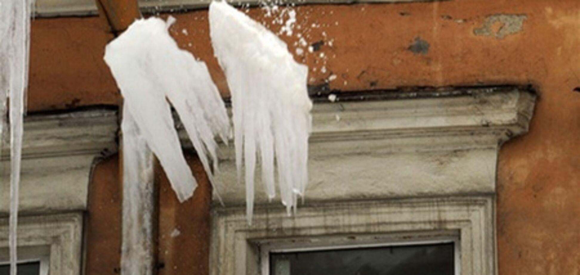В Тернополе снежные глыбы с крыш травмировали трех человек