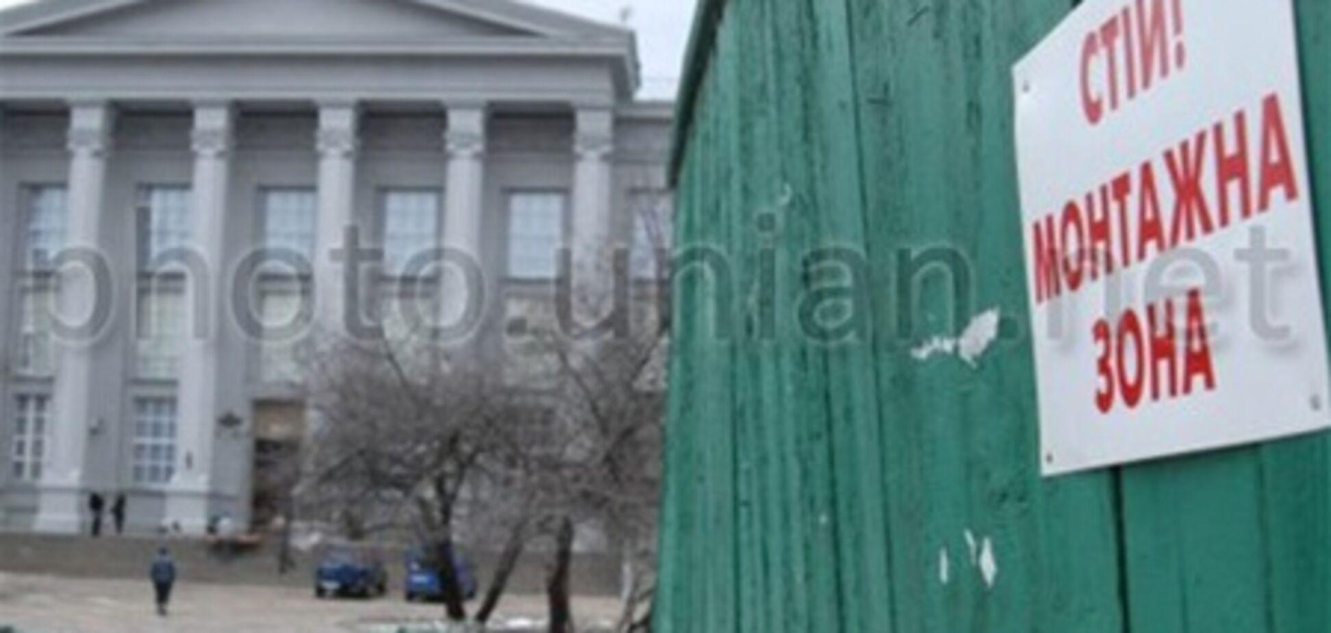 В Десятинном переулке возобновилось скандальное строительство