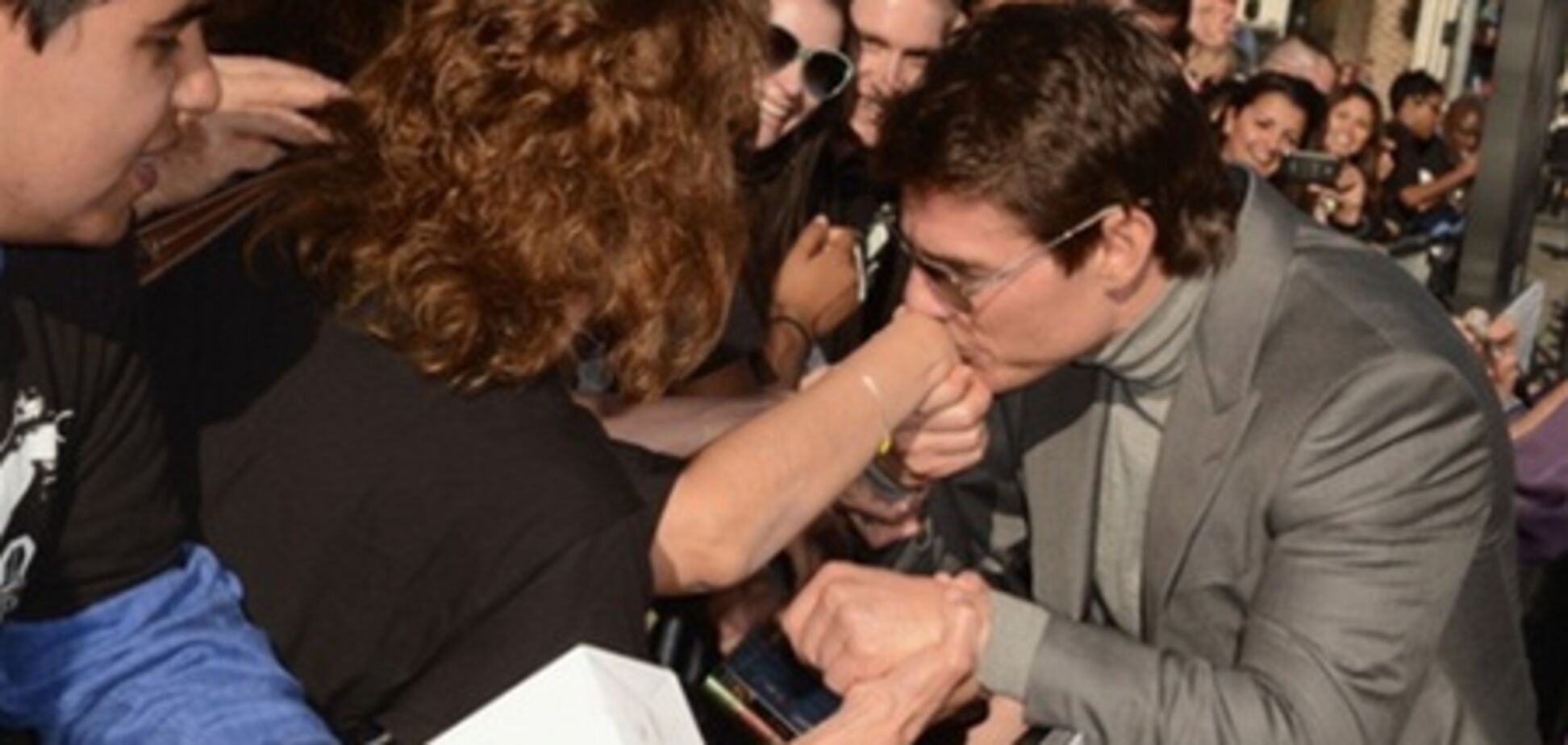 Том Круз целует ручки фанаткам