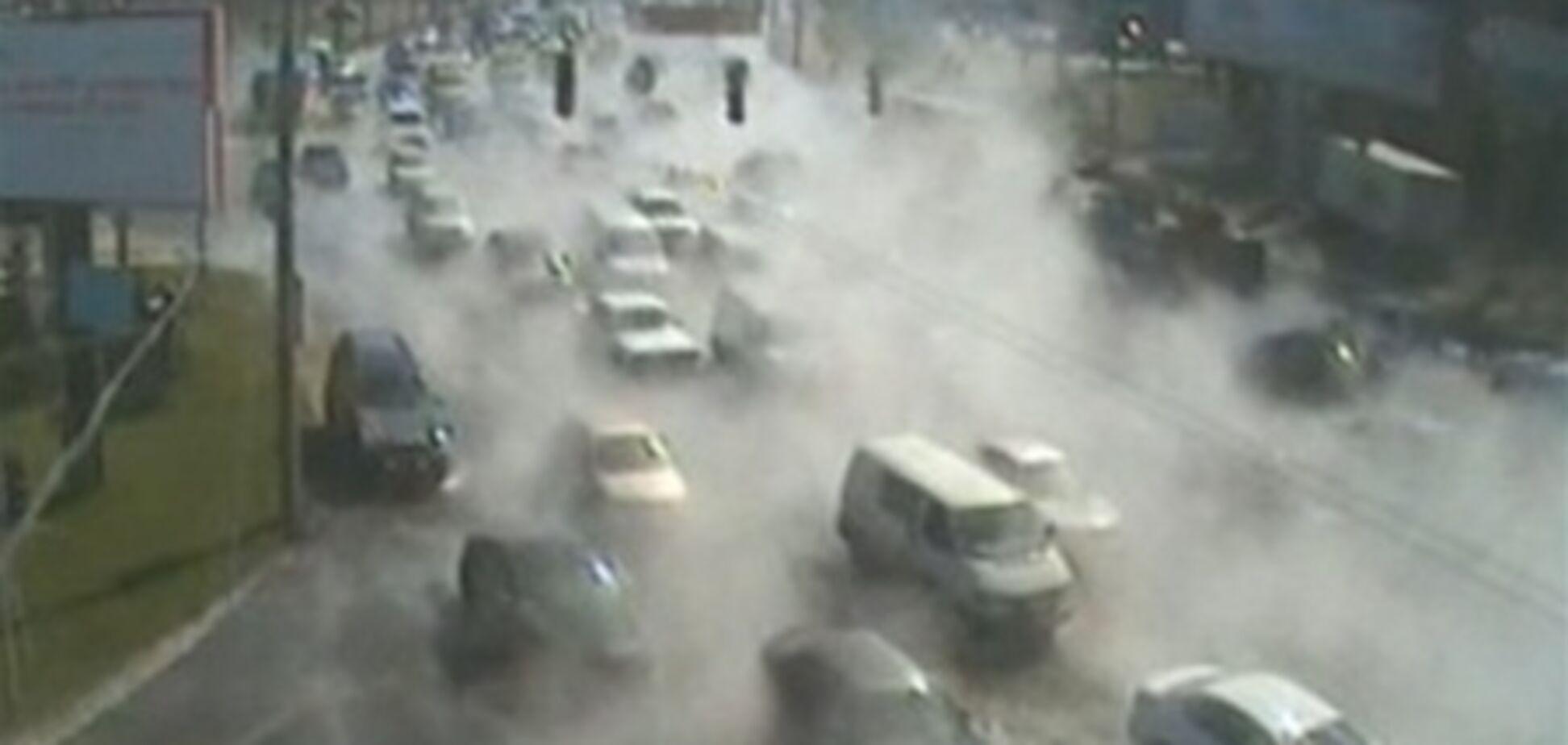 В Киеве прорвало теплотрассу, автомобили смывает кипятком. Видео