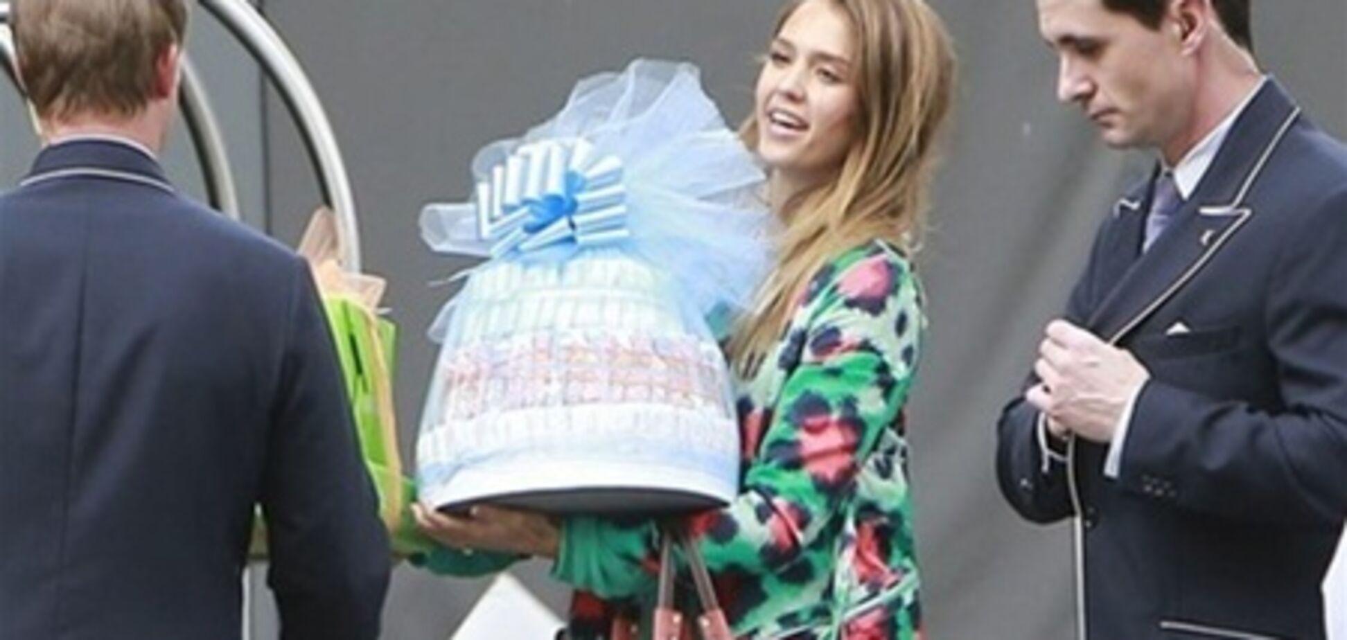 Альба приготовила гору подарков для Симпсон