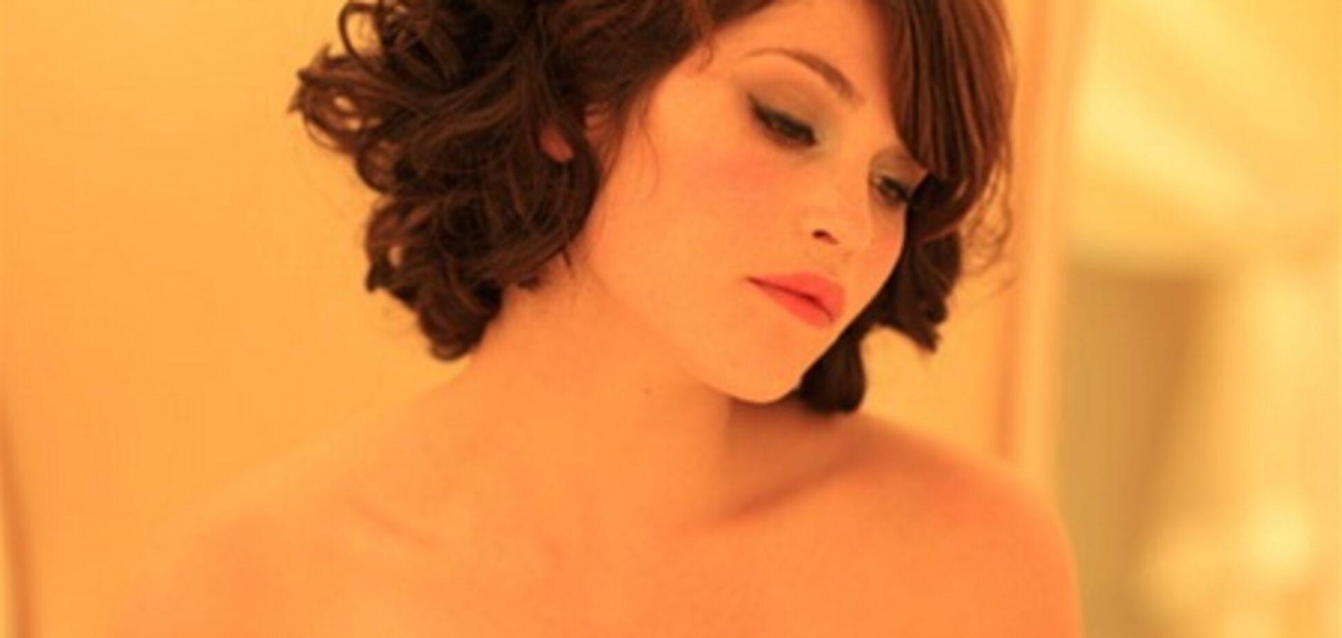 Джемма Артертон: сексуальные локоны и интимный оранжевый свет