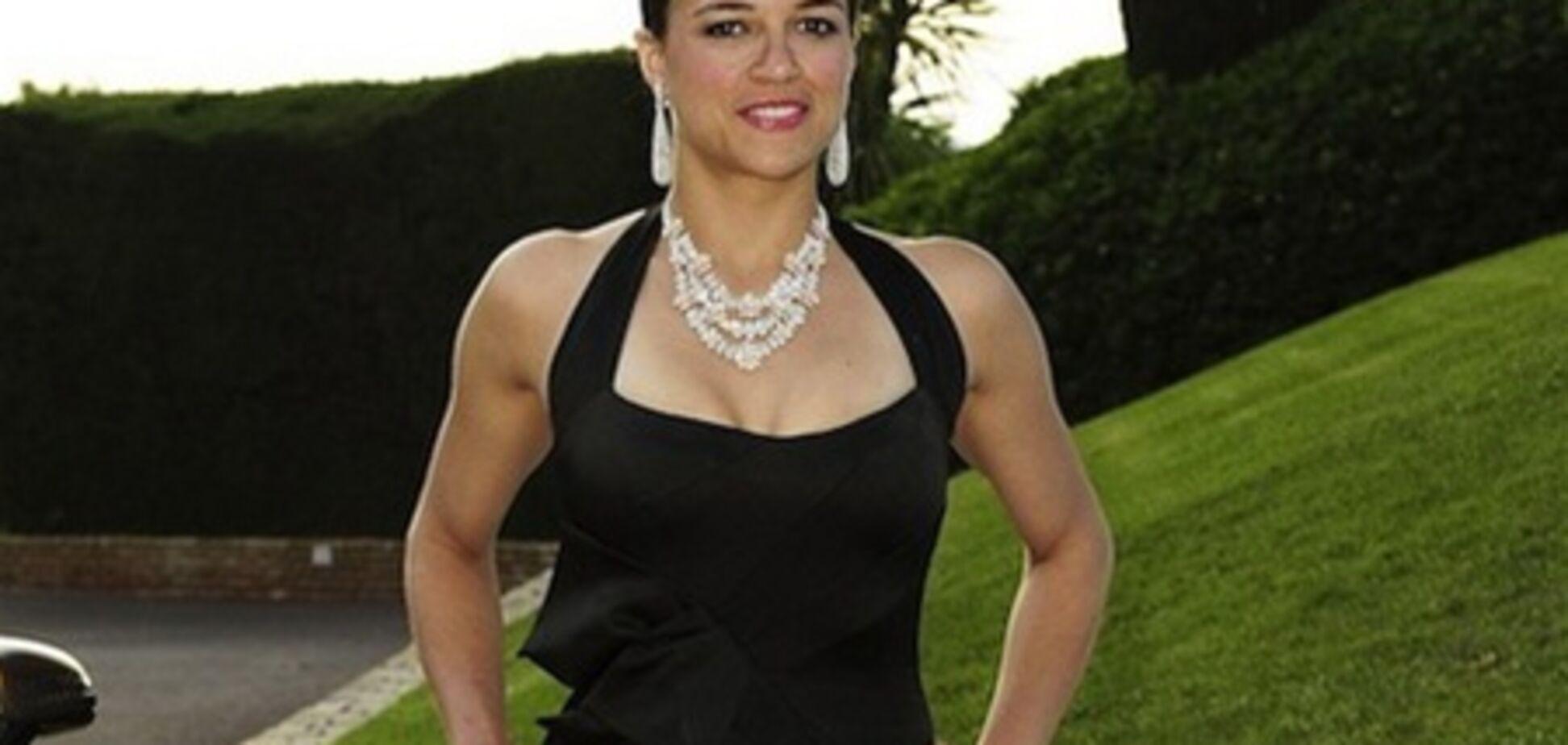 Бицепсы Мишель Родригес в вечернем платье