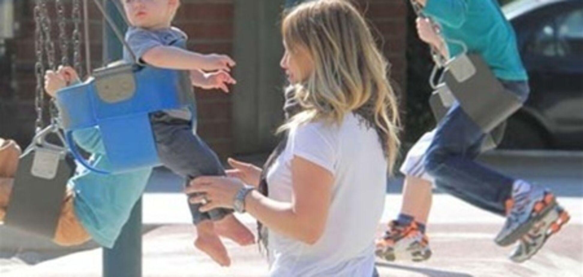Хиллари Дафф веселится на детской площадке. Фото