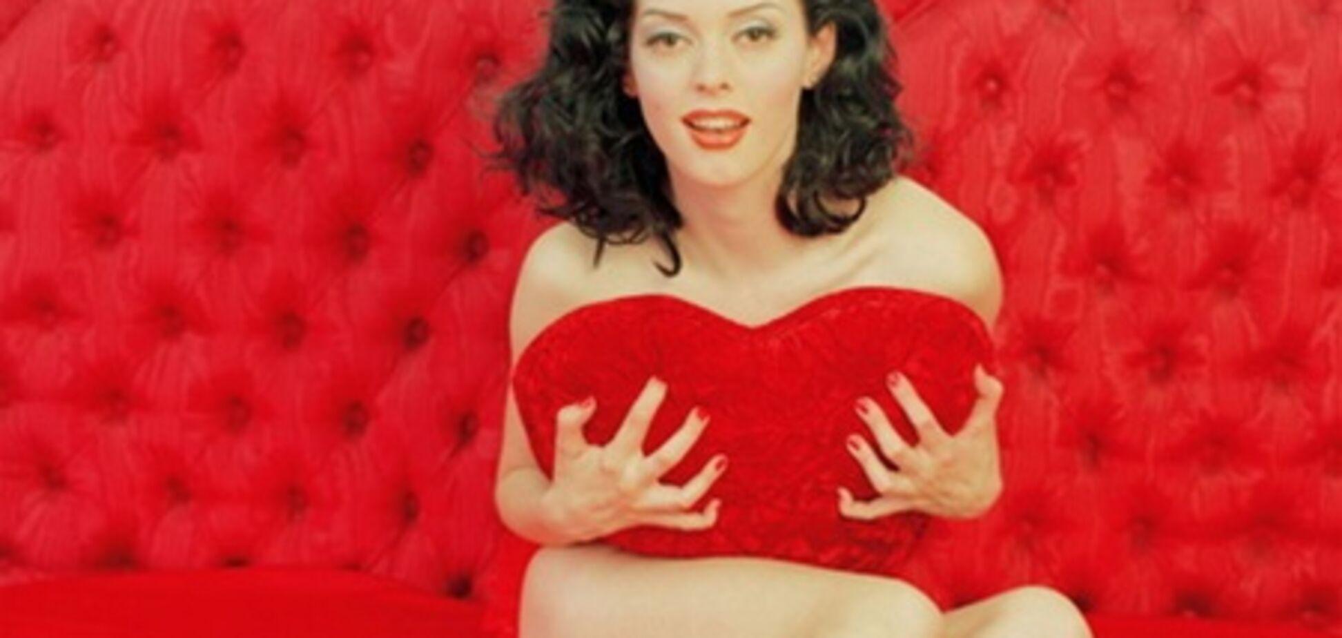 Роуз МакГоун прикрыла срам подушкой