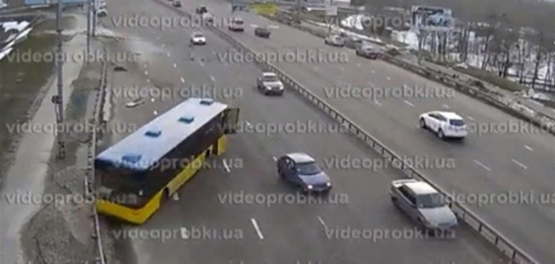 Видео ДТП в Киеве: автобус с пассажирами несется на отбойник