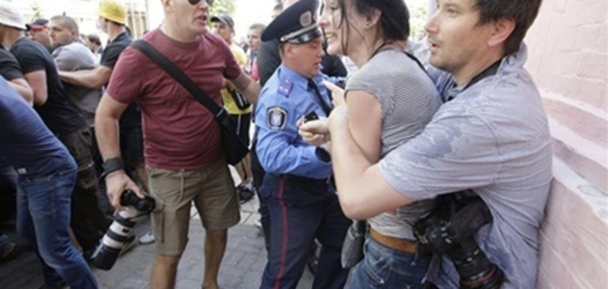 У Києві мітингувальники до крові побили журналістів