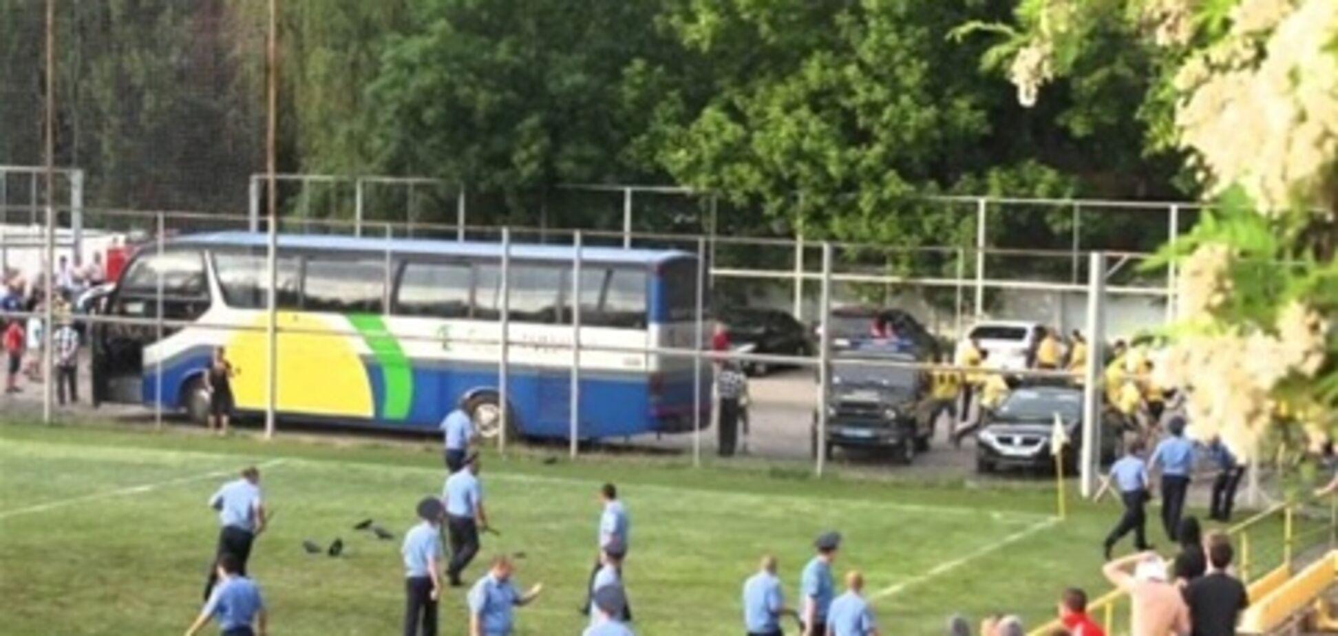 В Полтаве фанаты устроили массовую драку на футбольном поле. Видео