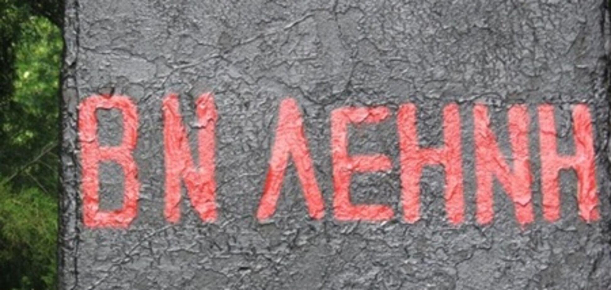 Реставраторы памятника Ленину сделали 2 ошибки в его имени