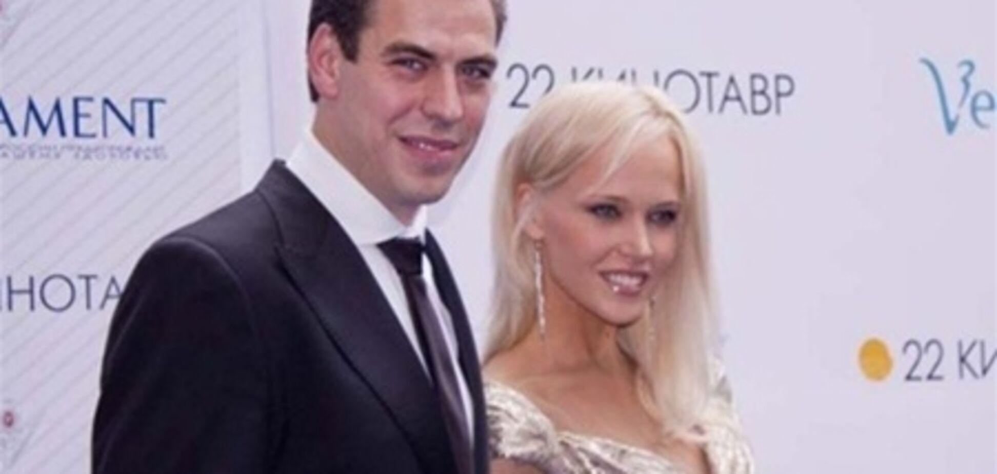 Дружина Дюжева показала груди папараці. Фото