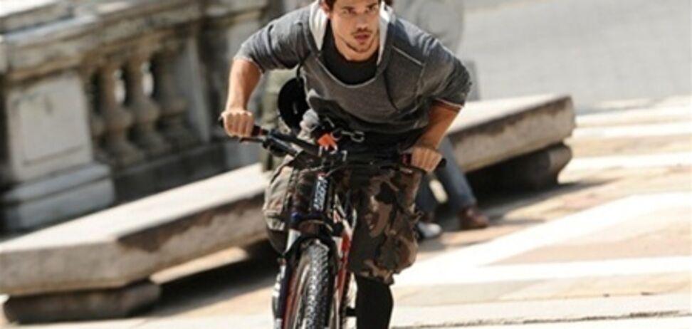 Звезда саги 'Сумерки' работает велокурьером