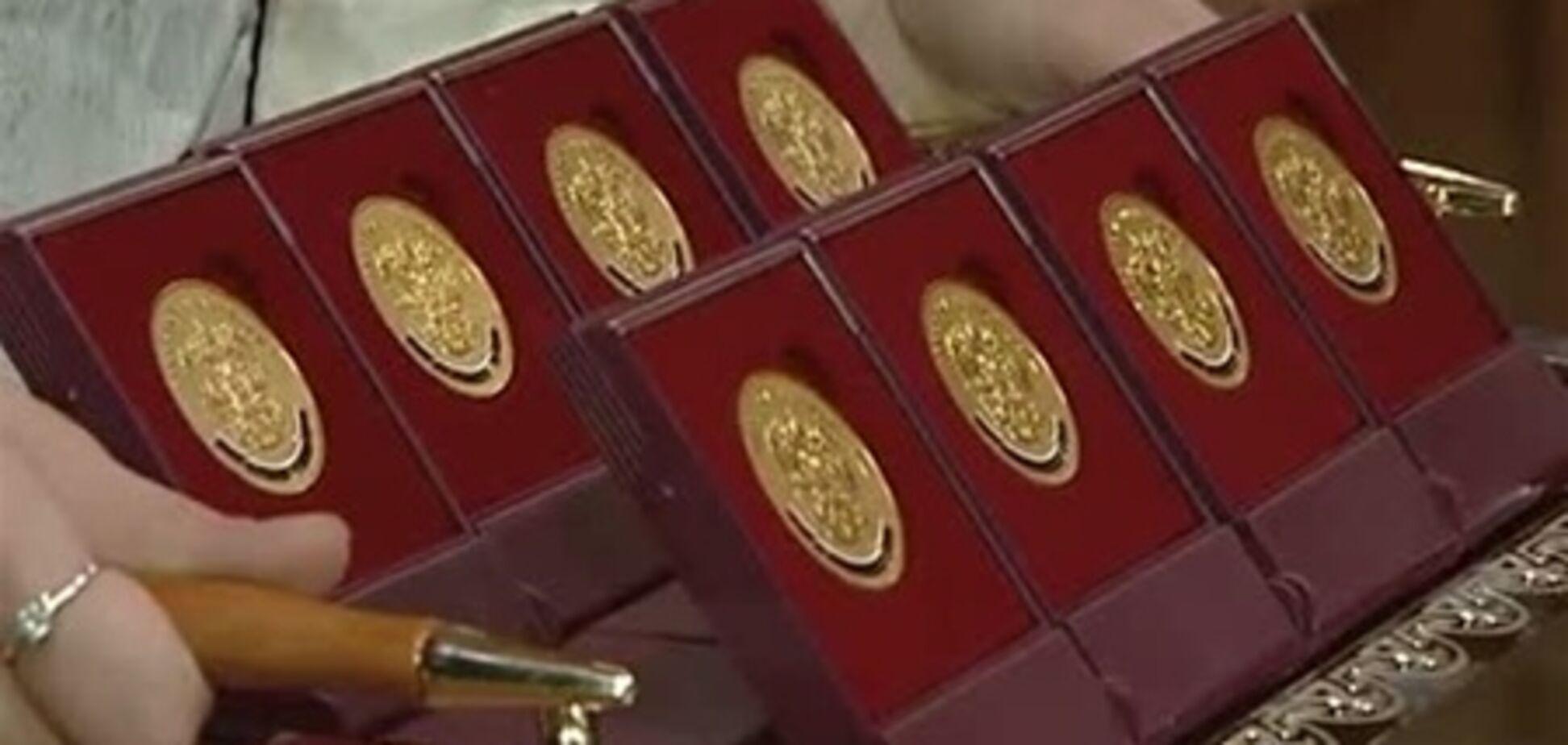 У Росії скандал зі шкільними медалями: на них намалювали прапор іншої країни