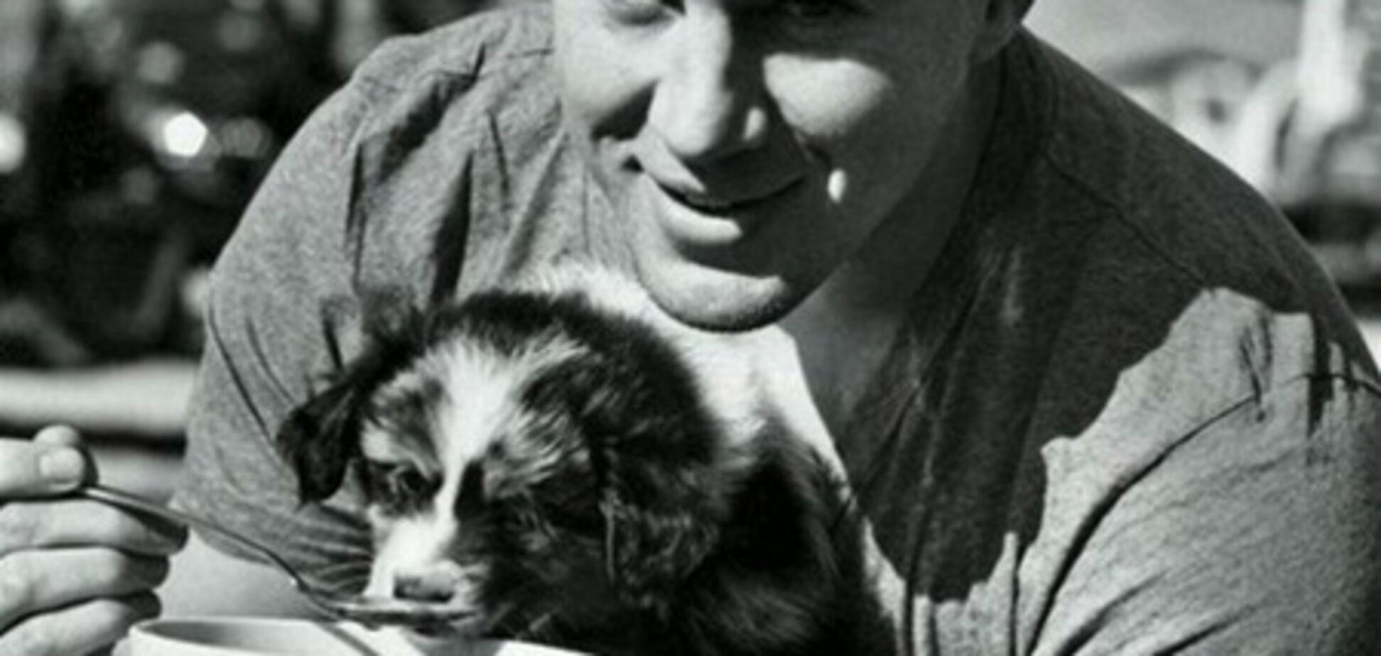 Ченнинг Татум кормит щенка с ложечки: девочки, умиляйтесь!