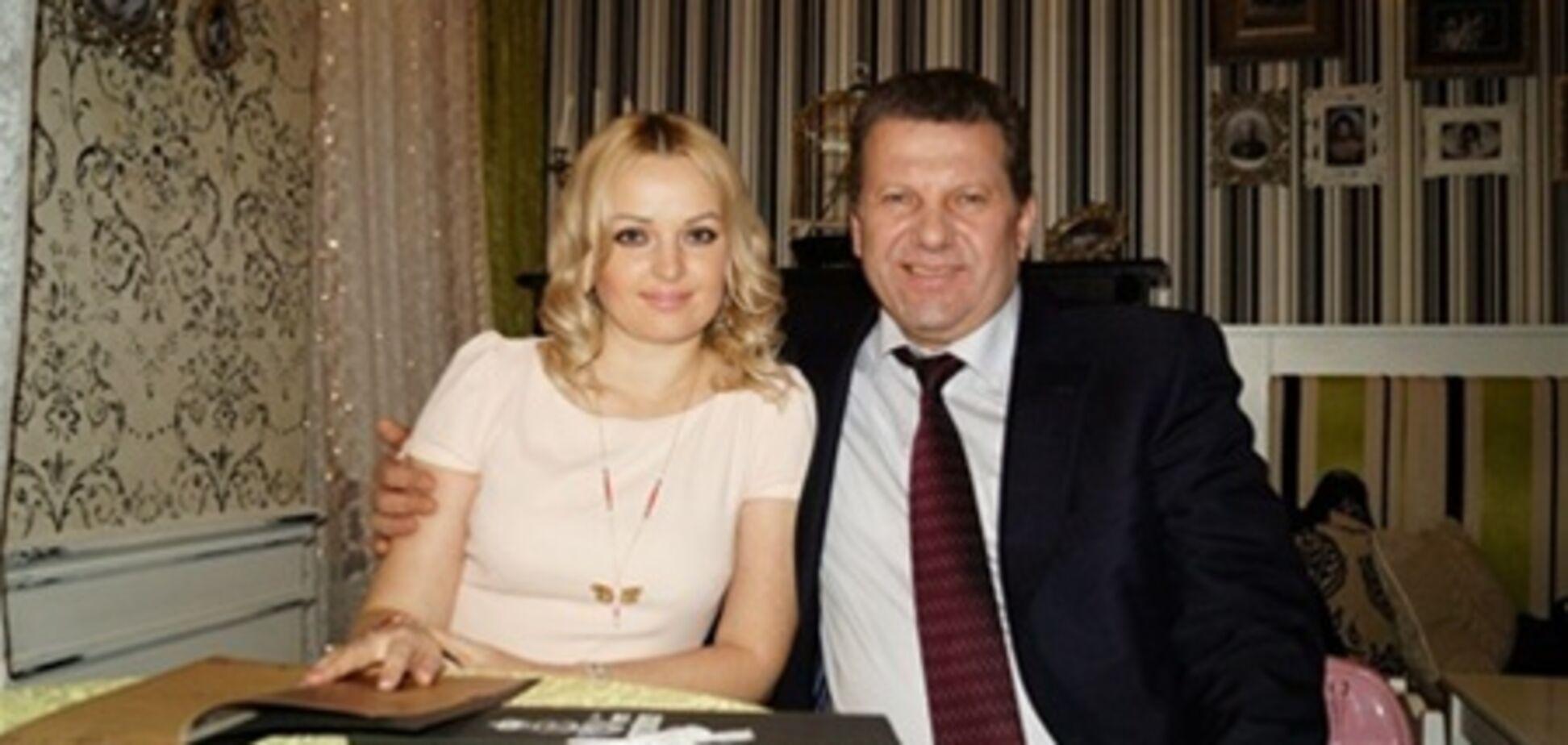 Экс-премьер Крыма привел свою новую жену на ТВ