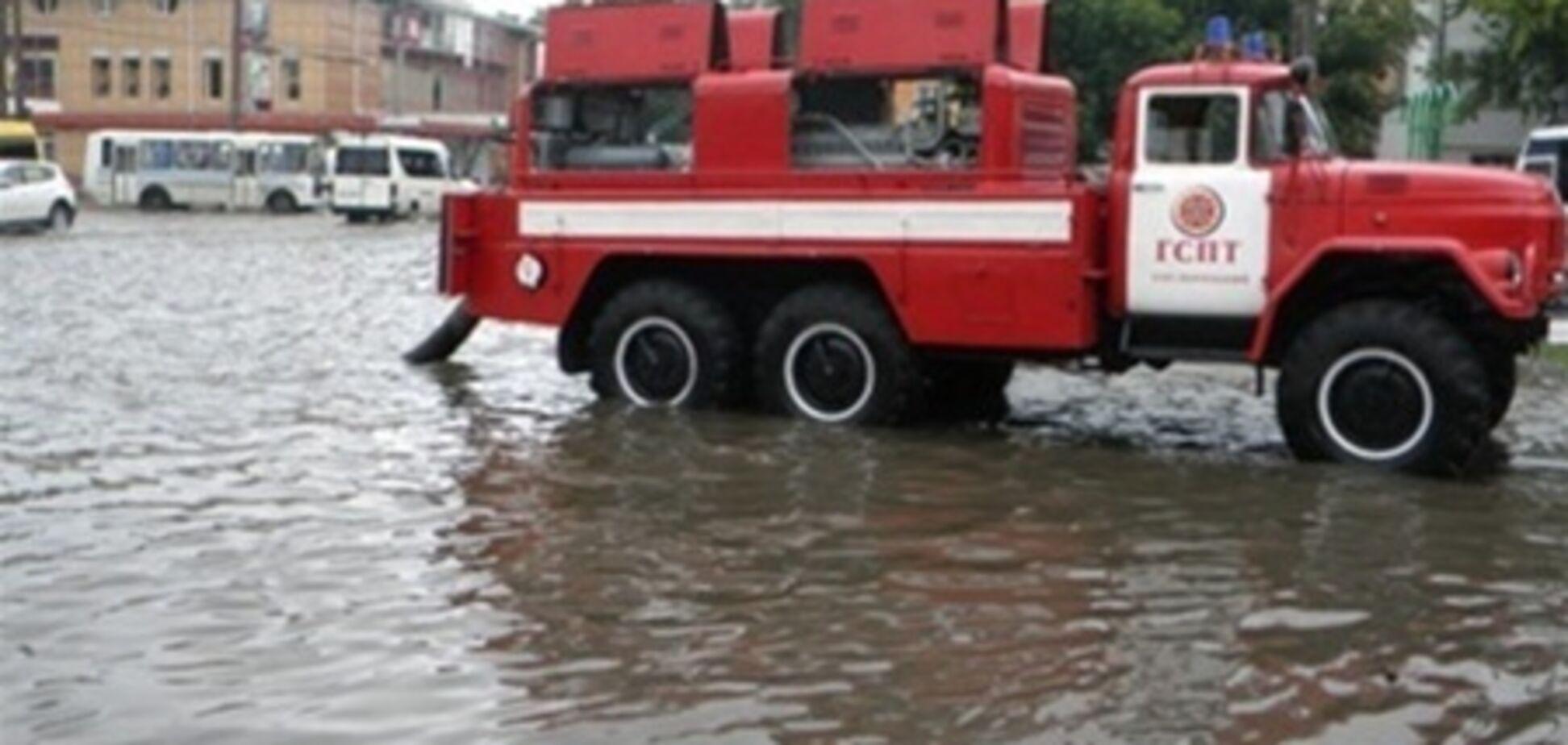 У Хмельницькому рятувальники ліквідовують наслідки дощів