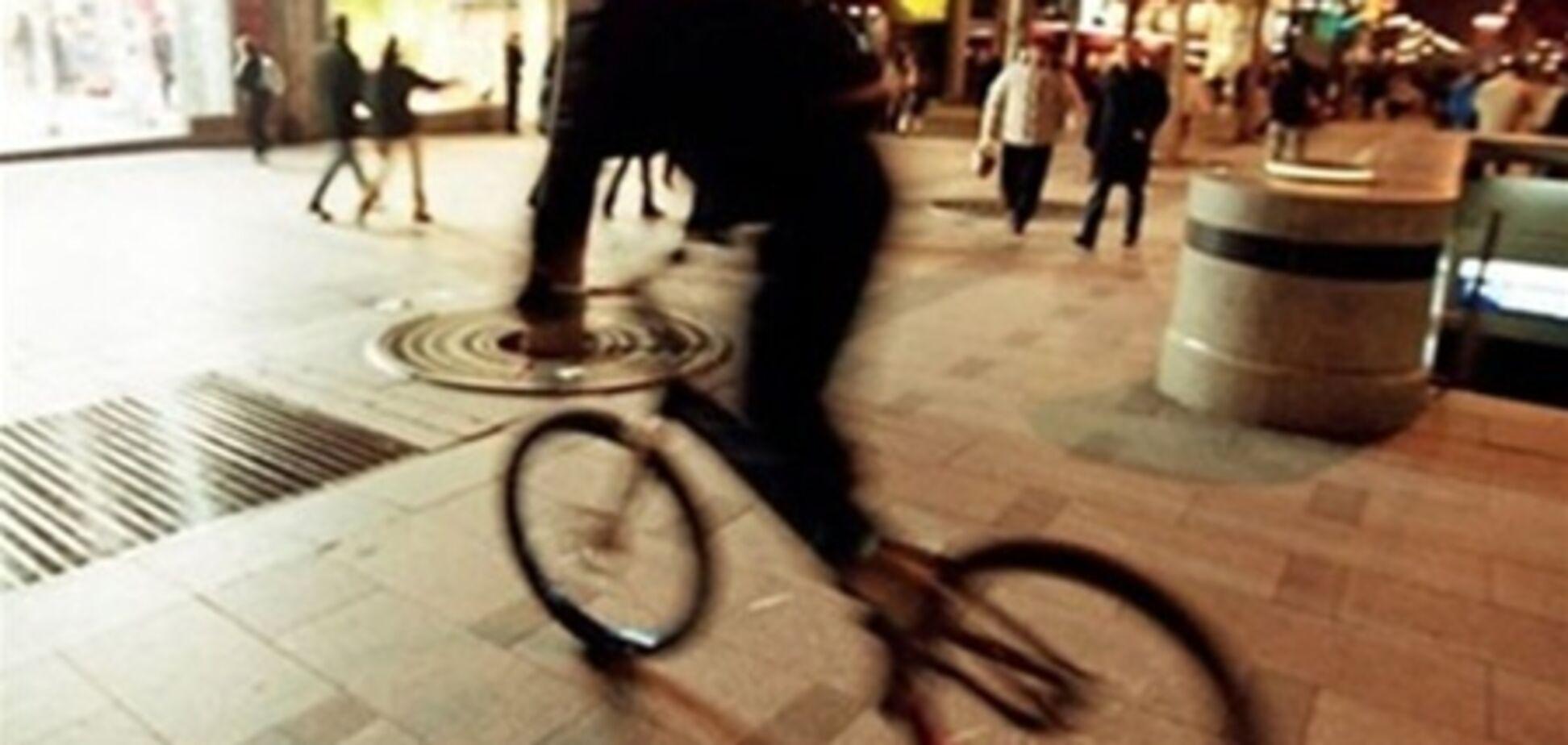 Злочинець на велосипеді пограбував жінку на 8 мільйонів