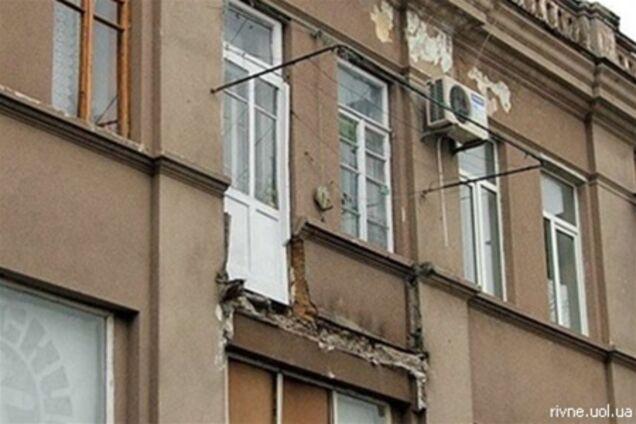 В ривне женщина держала балкон руками, чтобы он не упал на л.