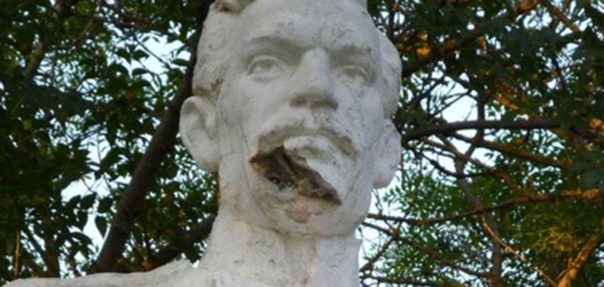 У Криму вандали пошкодили пам'ятник Толстому