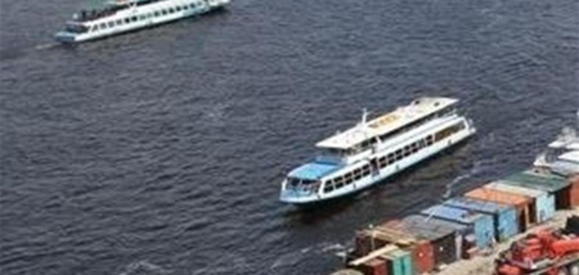 В Киеве теплоходы высаживают пассажиров на опасных причалах