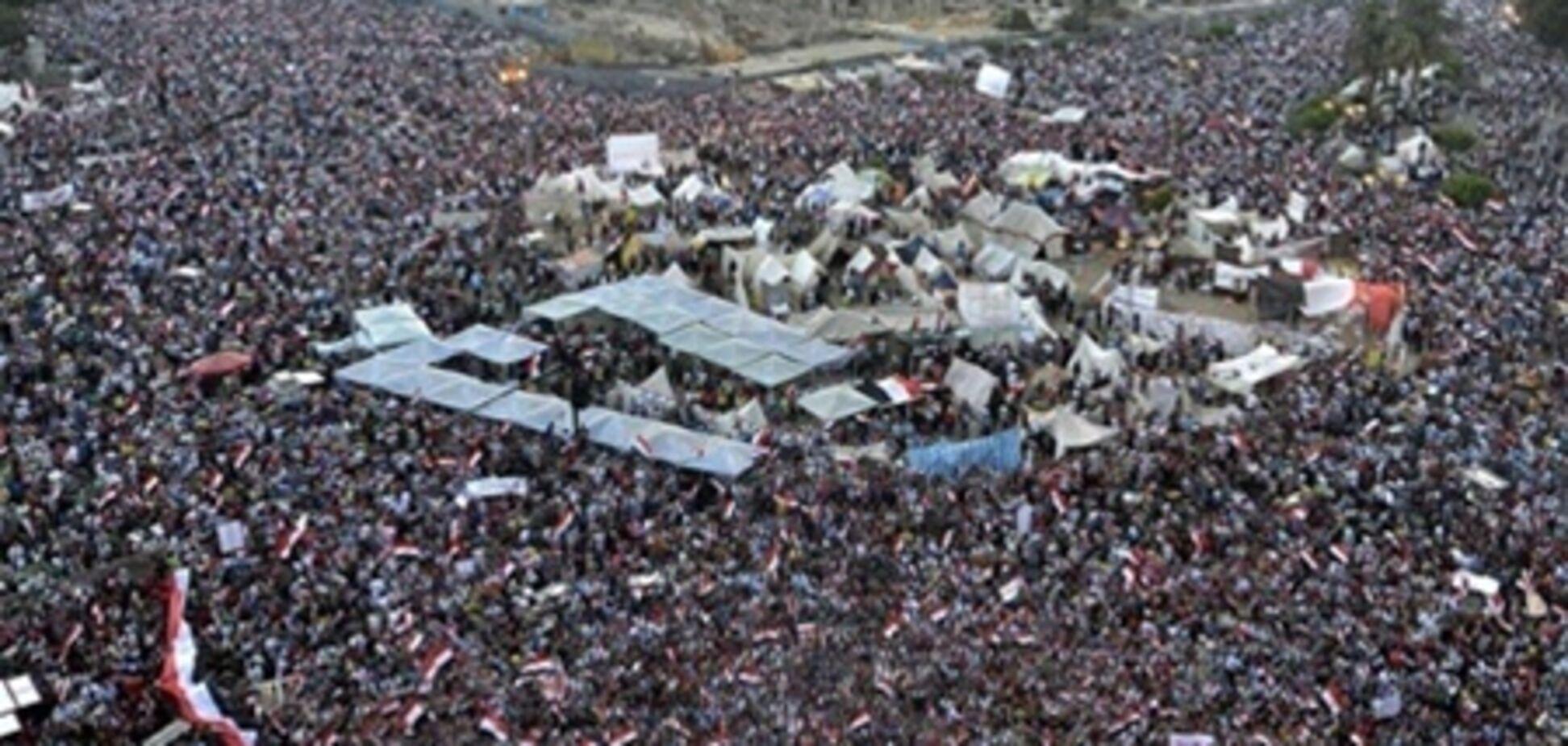 Количество митингующих на улицах Каира растет