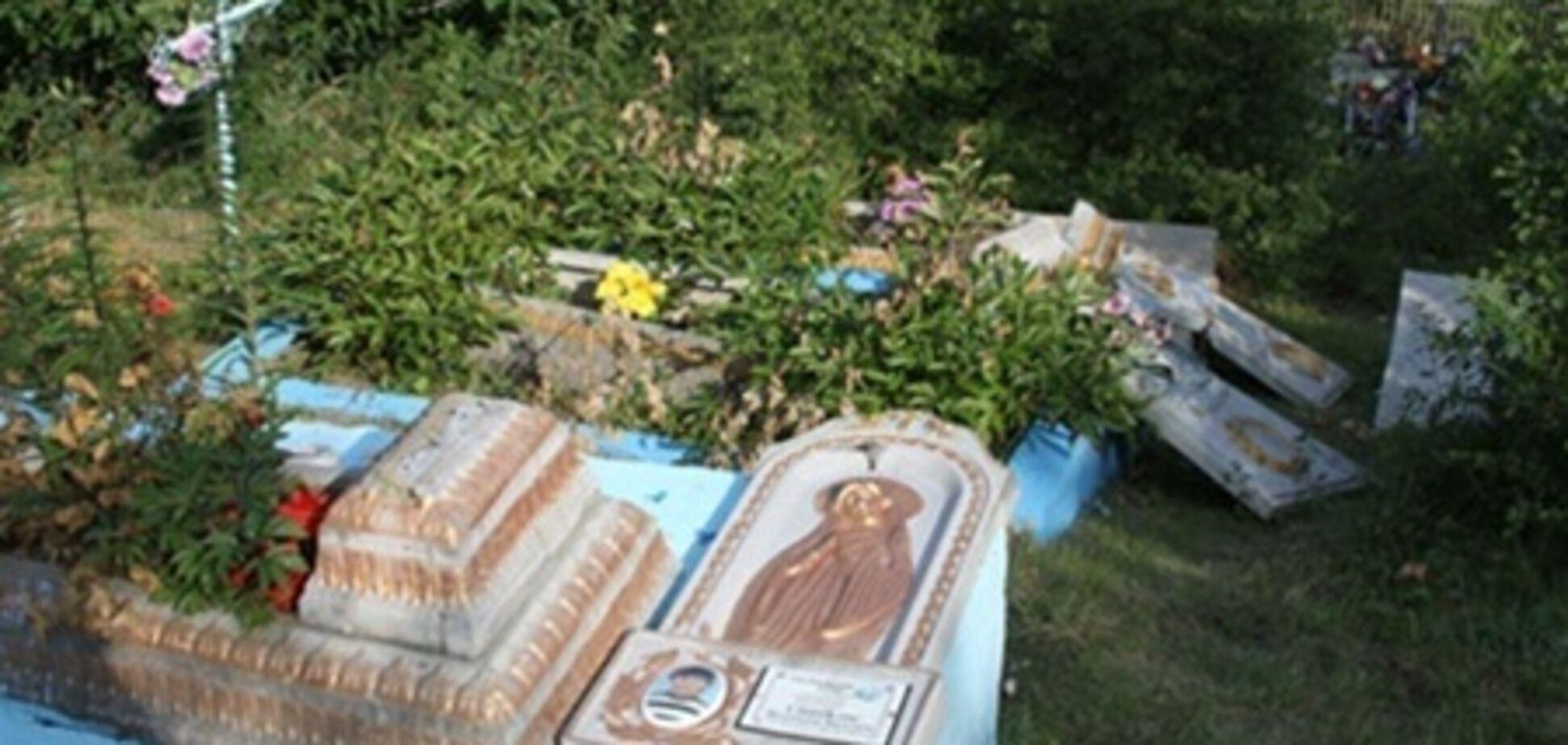 На Вінниччині малолітні діти розгромили 29 надгробків - шукали цукерки