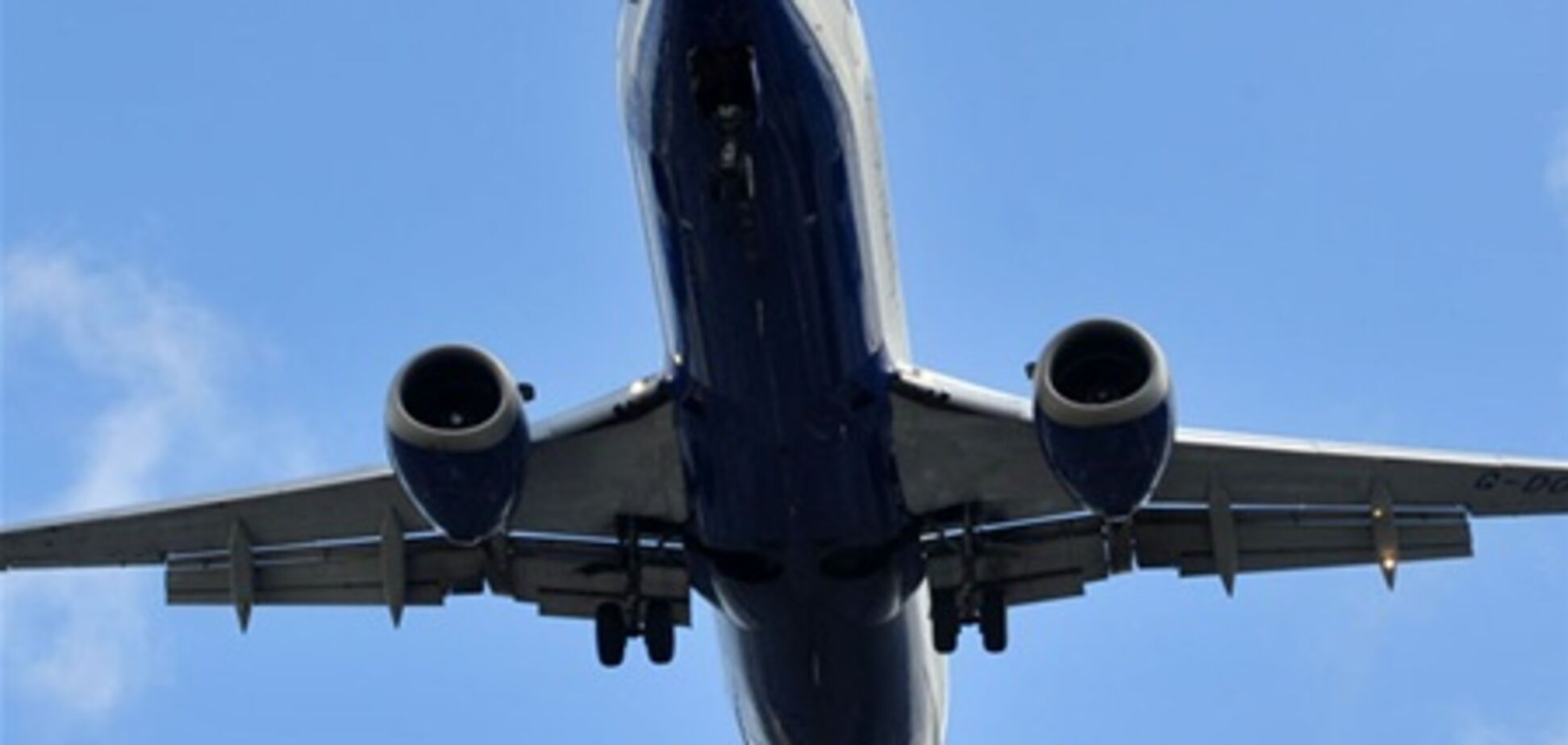 Пьяный спортсмен пытался выйти из самолета во время полета