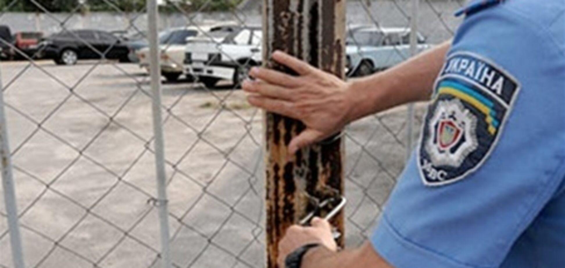 На Львівщині працівники штрафмайданчики здавали авто на метал