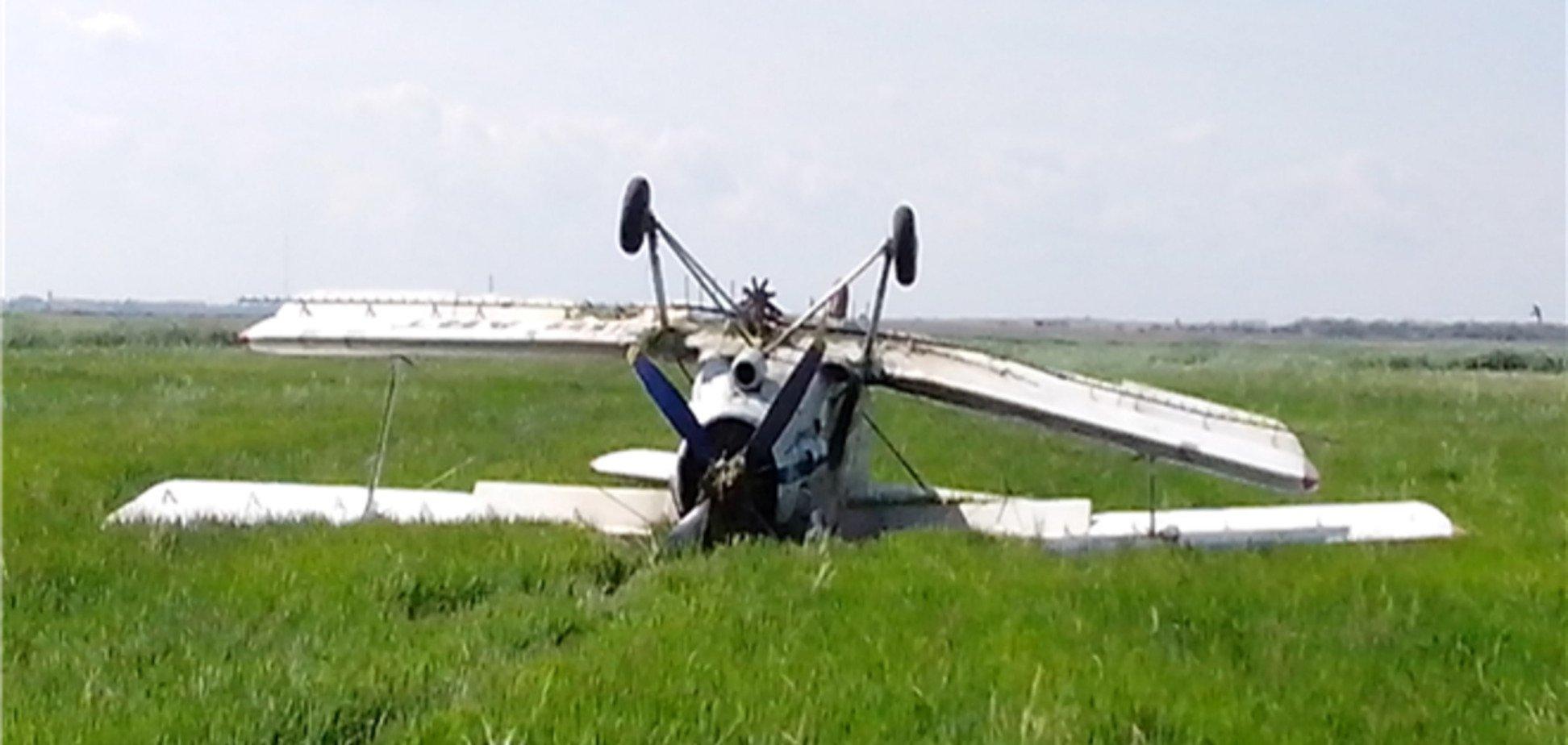 У Криму літак аварійно сів і перекинувся