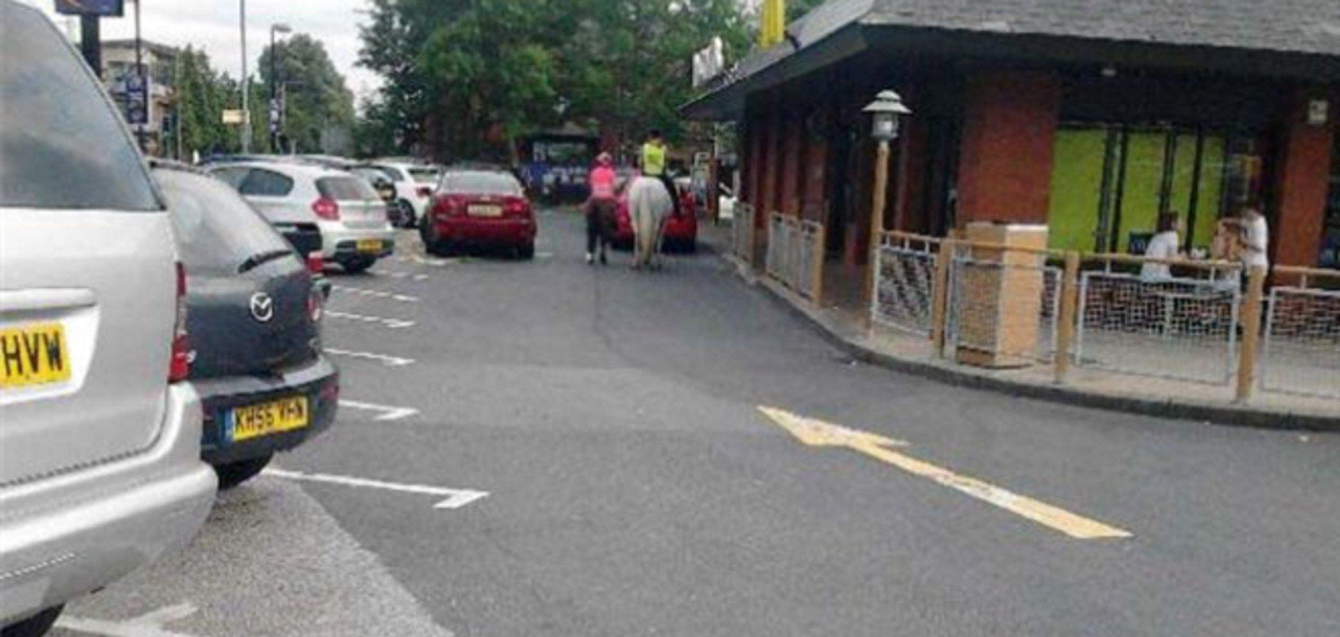 Британка на коні в'їхала в МакДональдс