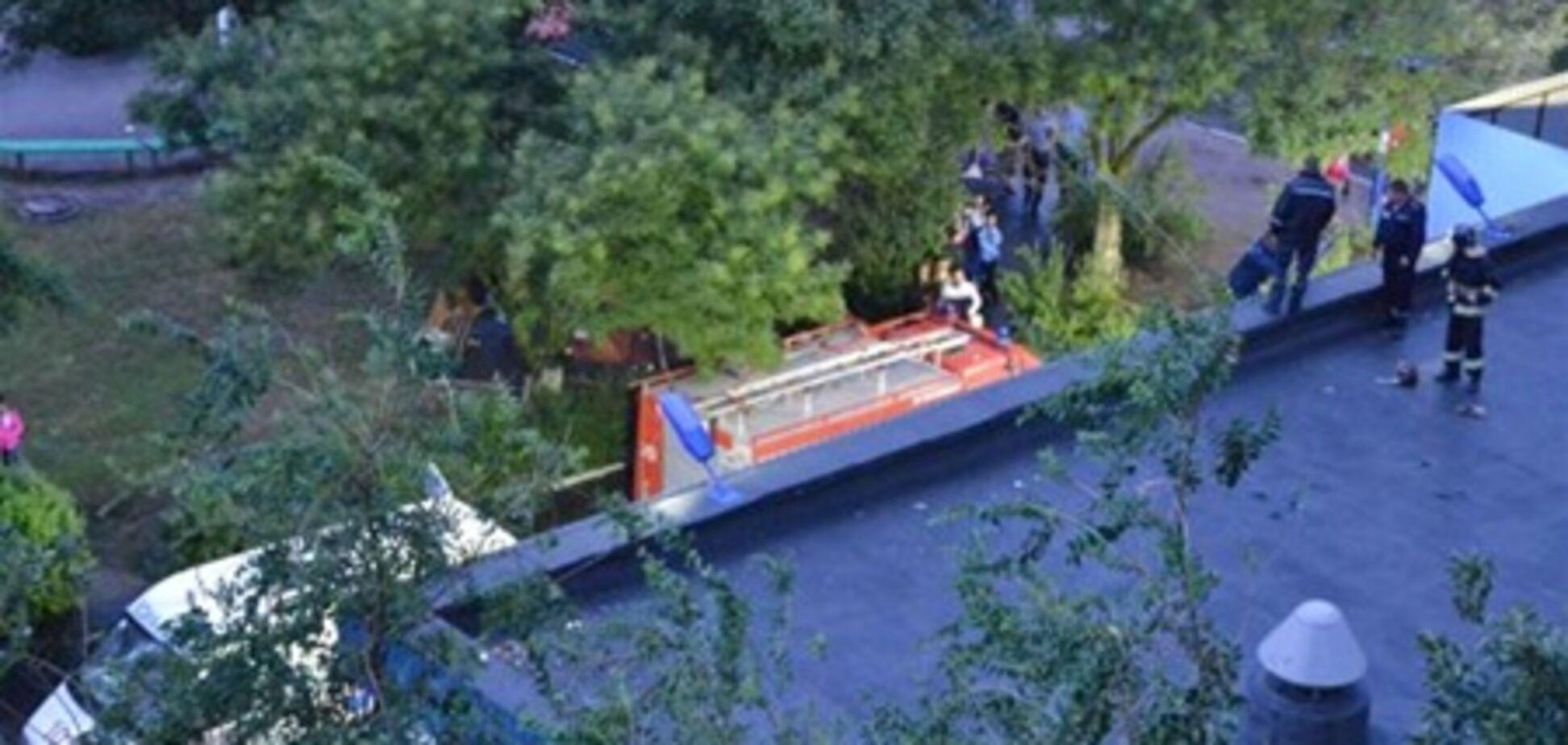 У Південному жінка впала з балкона на дах супермаркету