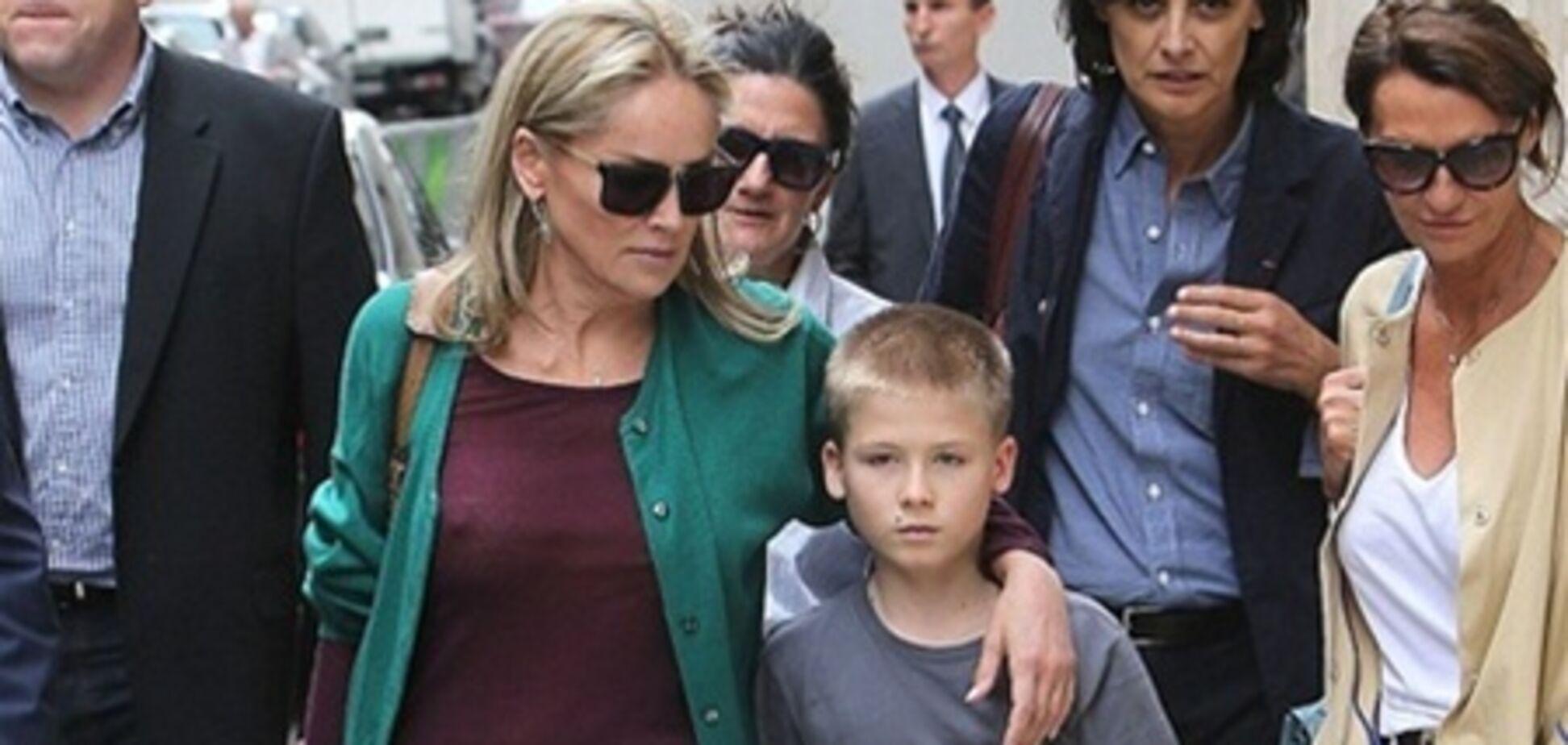 Шэрон Стоун забыла лифчик, зато прихватила сына