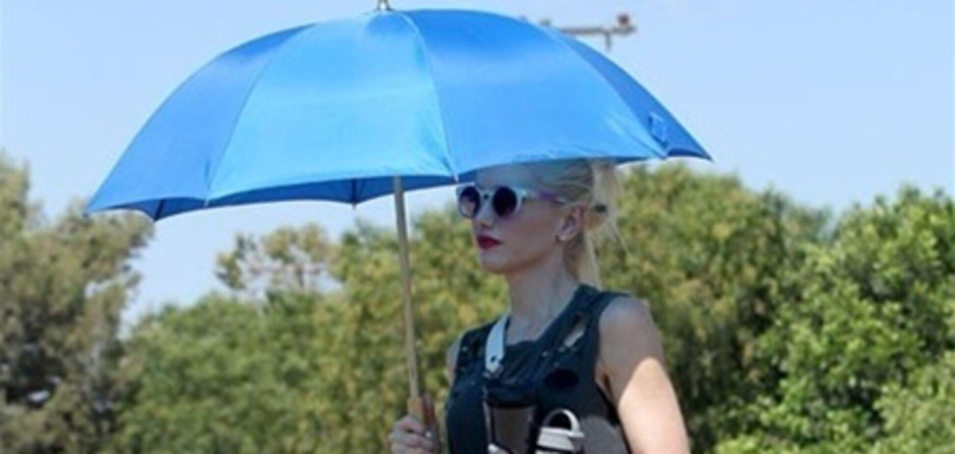 Гвен Стефани поддерживает белизну кожи с помощью зонта