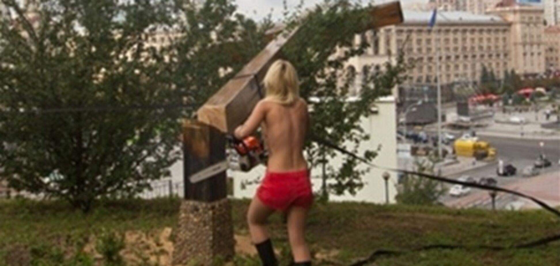 Спиляли хрест FEMENістка отримала політпритулок у Франції