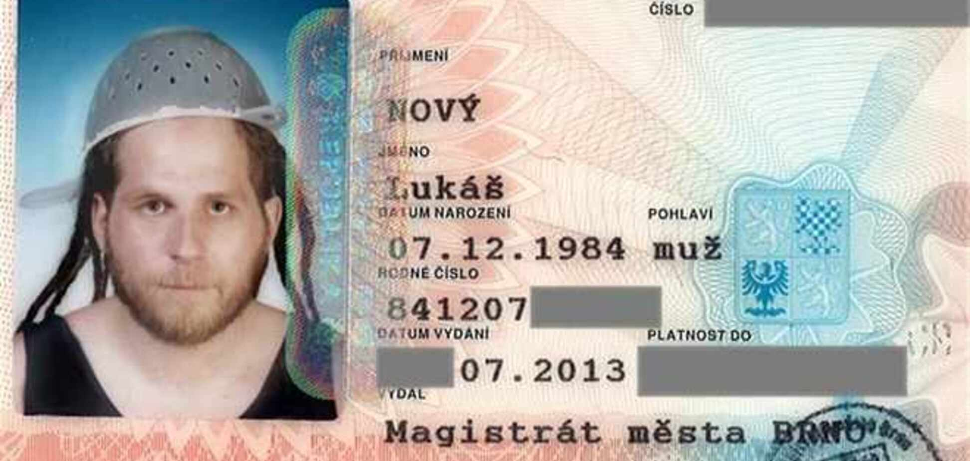 Чех получил документ, для которого сфотографировался с дуршлагом на голове
